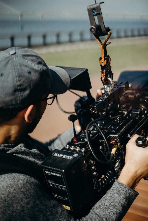 Foto Des Mannes, Der Eine Kamera Hält