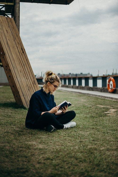 Gratis stockfoto met blond haar, blondine, boek, buiten