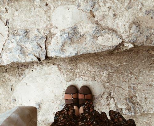 Безкоштовне стокове фото на тему «коричневий, надворі, ноги, пікнік»
