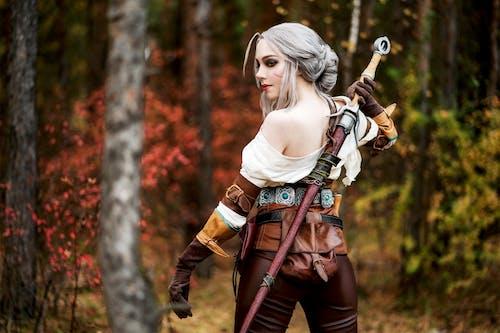 Бесплатное стоковое фото с девочка, игра, косплей, меч