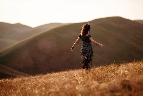 Darmowe zdjęcie z galerii z góry, głębia pola, kobieta, krajobraz