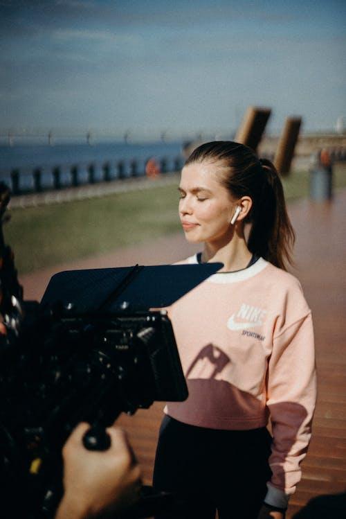Darmowe zdjęcie z galerii z airpods, aparat, aparat fotograficzny, dziewczyna