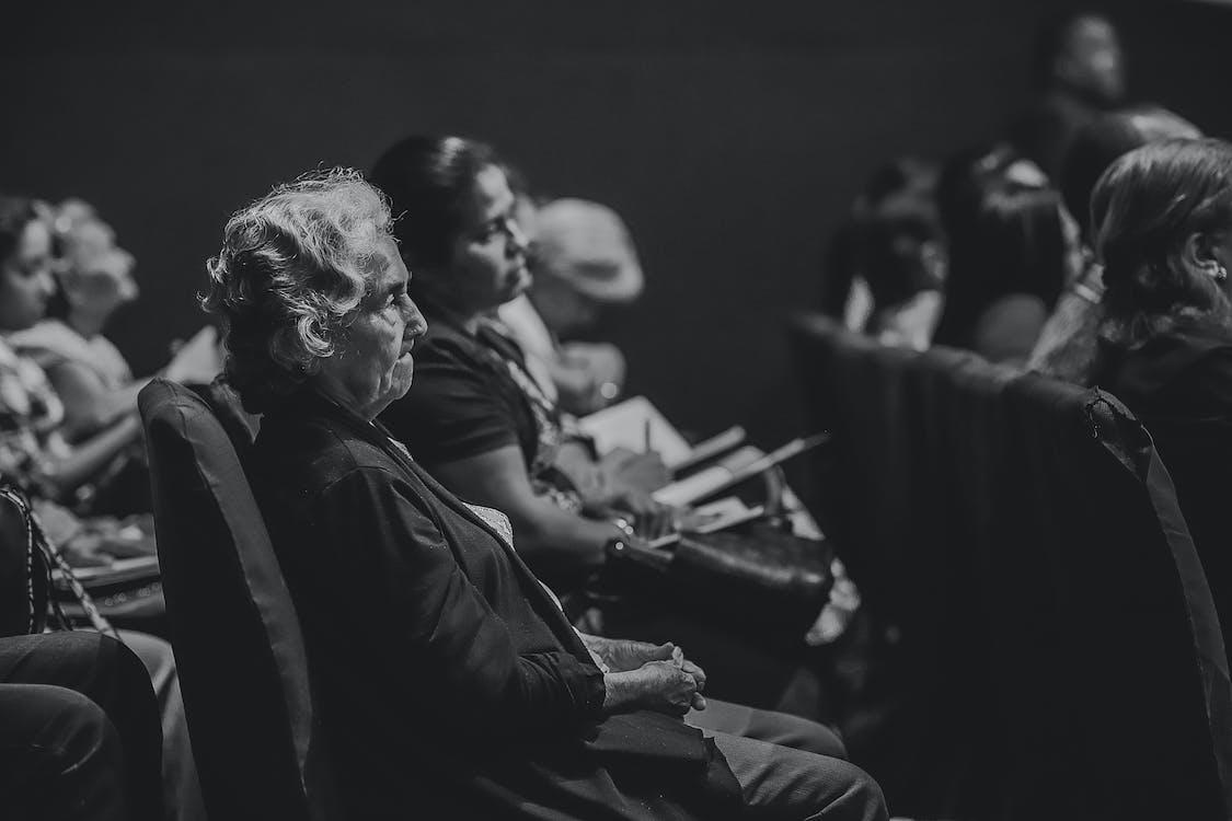 Аудиторія, вираз обличчя, всередині