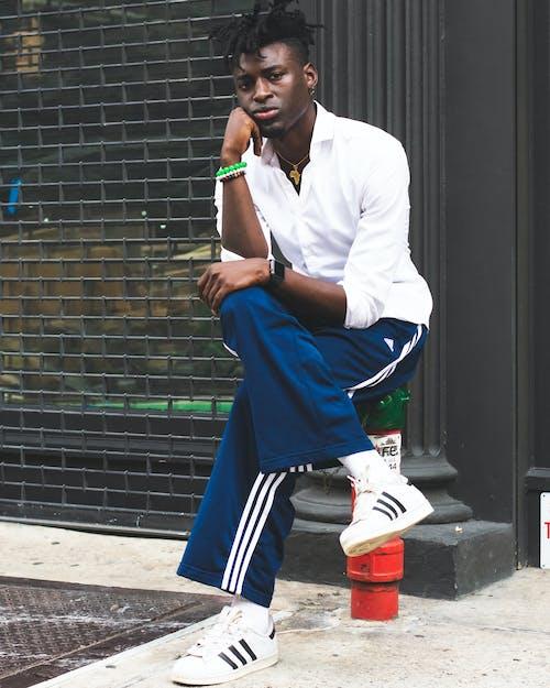 Foto d'estoc gratuïta de a l'aire lliure, Adidas, adult, assegut