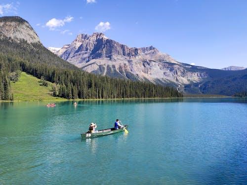Безкоштовне стокове фото на тему «блакитне небо, брижі, вершина гори, вода»