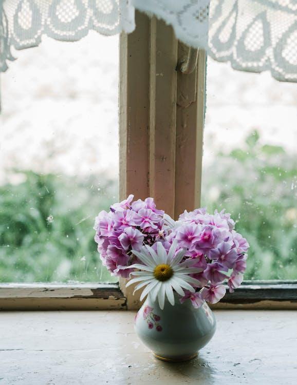 Foto De Flores Perto Da Janela
