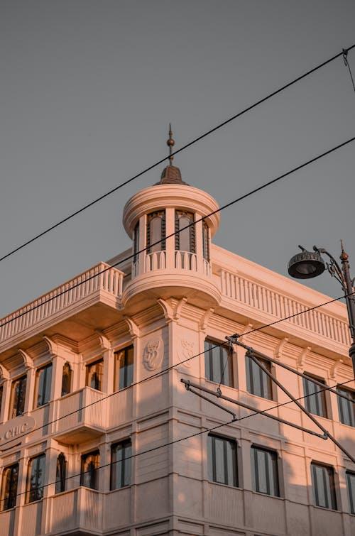 Fotobanka sbezplatnými fotkami na tému architektonický dizajn, architektúra, budova, elektrické drôty