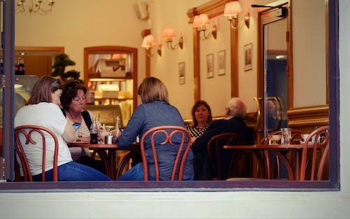 Darmowe zdjęcie z galerii z krzesła, ludzie w restauracji, mówienie, napoje