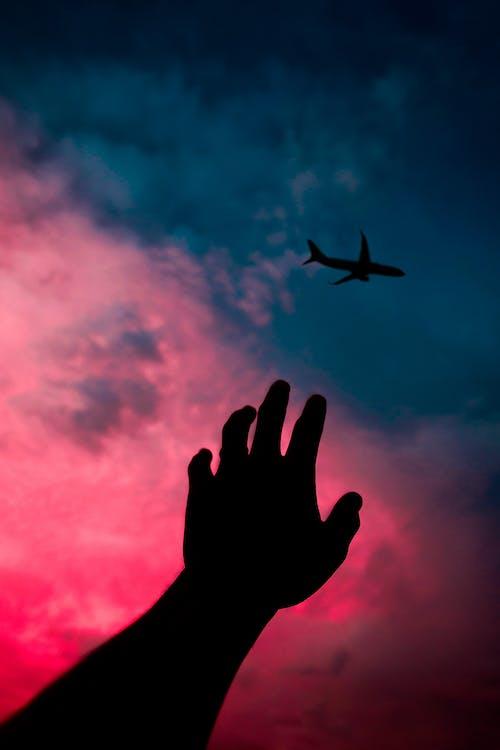 Ilmainen kuvapankkikuva tunnisteilla 4k taustakuva, käsi, lentokone, Tumblr-taustakuva