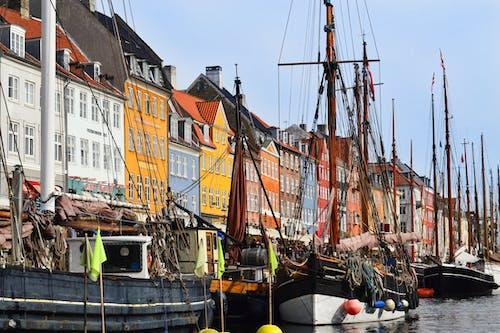 Photos gratuites de amarré, bateaux, bâtiments, bord de l'eau