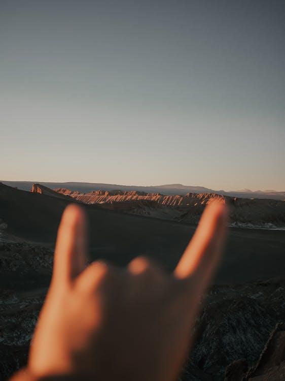 blå himmel, dagsljus, fingrar