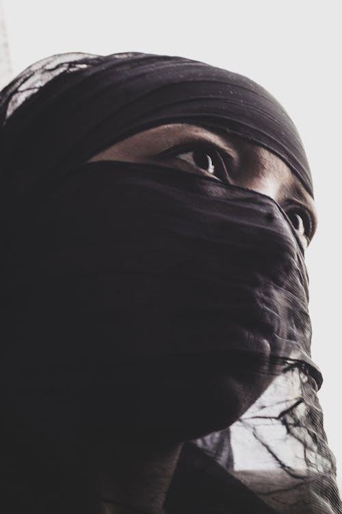 Foto d'estoc gratuïta de dona africana tapant-se la cara