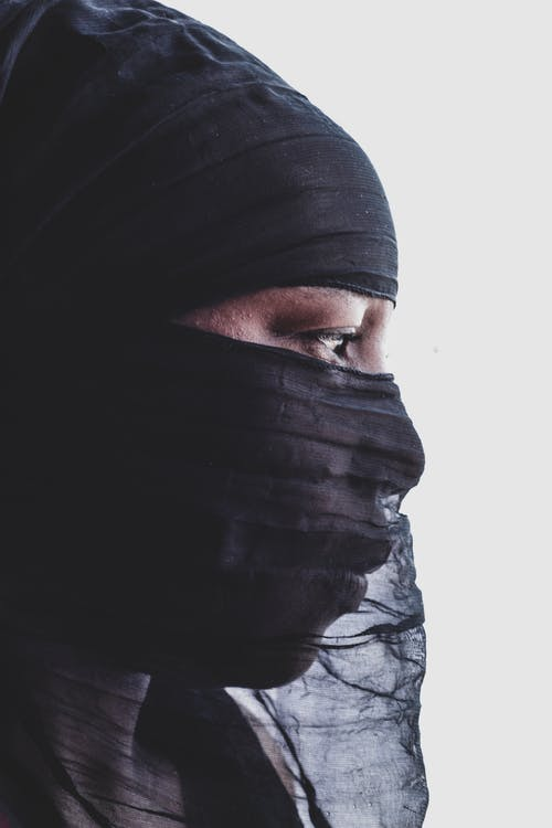 Foto d'estoc gratuïta de dona africana tapant-se la cara, dona musulmana