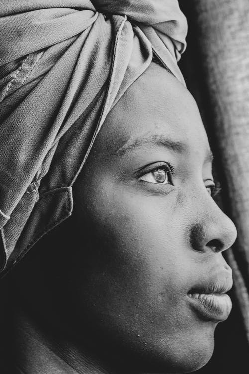 Foto d'estoc gratuïta de foto en blanc i negre del model africà, fotografia monocromàtica