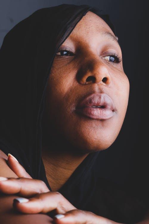 Foto d'estoc gratuïta de dona que portava un mocador