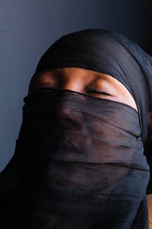 Foto d'estoc gratuïta de dona musulmana tancant els ulls