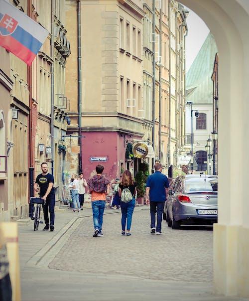 Darmowe zdjęcie z galerii z bruk, budynki, chodnik, chodzenie