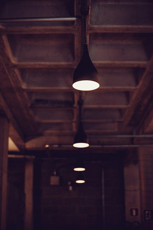 Ilmainen kuvapankkikuva tunnisteilla katto, kattolamppu, kattovalot, keskittyminen
