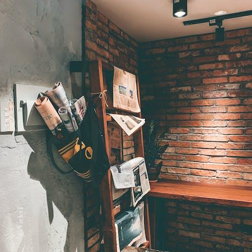 Darmowe zdjęcie z galerii z budynek, ceglana ściana, gazeta, kiosk z prasą