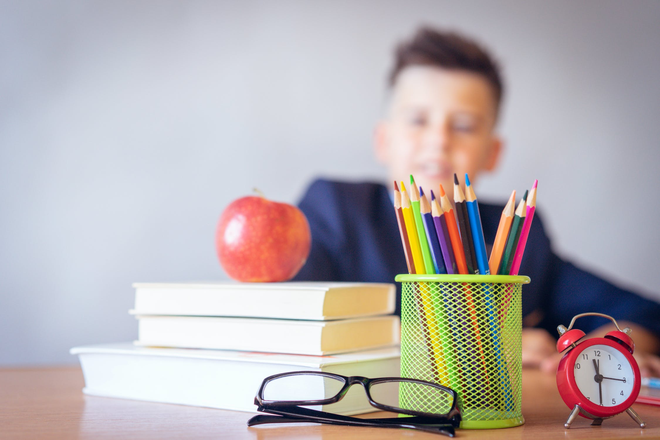 授業中にバレずに内職をするコツ・バレない方法『物を障害物にして手元を隠す』