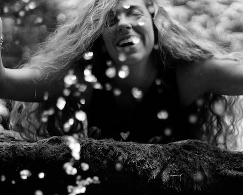 Foto d'estoc gratuïta de aigua, cabells arrissats, fotografia retratada, gotes d'aigua