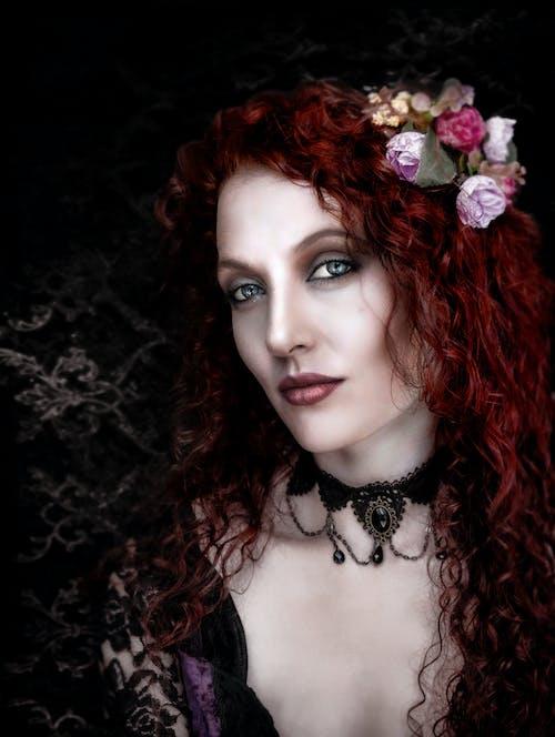 Gratis arkivbilde med blomst i hår, gypsie, krøller, kvinne