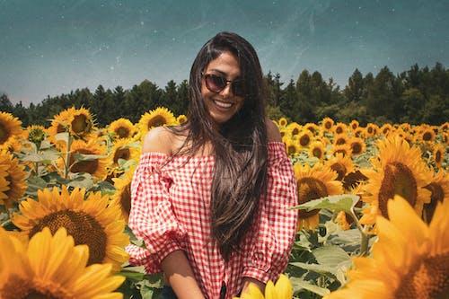20-25 yaş arası kadın, altın, altından, ayçiçeği içeren Ücretsiz stok fotoğraf