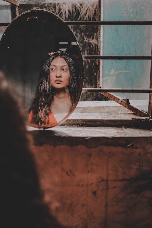 Riflessione Di Una Donna Da Uno Specchio