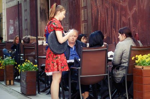 Darmowe zdjęcie z galerii z atrakcja turystyczna, blond, budynek, czerwona sukienka