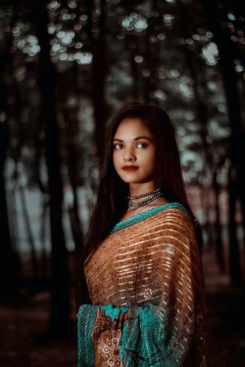 Безкоштовне стокове фото на тему «Індійська жінка, брюнетка, Вибірковий фокус, Гарний»