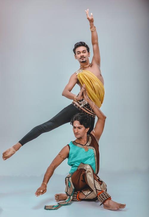 Бесплатное стоковое фото с артисты балета, балет, белый фон, выражение лица