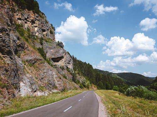 Foto stok gratis awan putih, jalan, langit biru, lereng