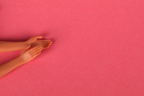 Gratis arkivbilde med applaus, hender, rosa bakgrunn