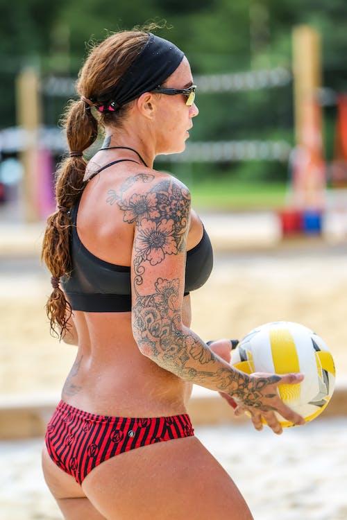 Fotos de stock gratuitas de actitud, al aire libre, arena, bikini