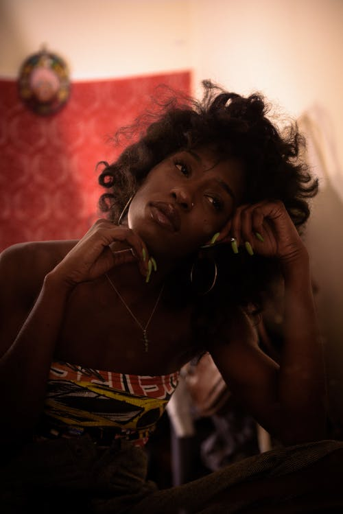 Kostenloses Stock Foto zu afrikanische frau, afroamerikaner-frau, allein, betrübt