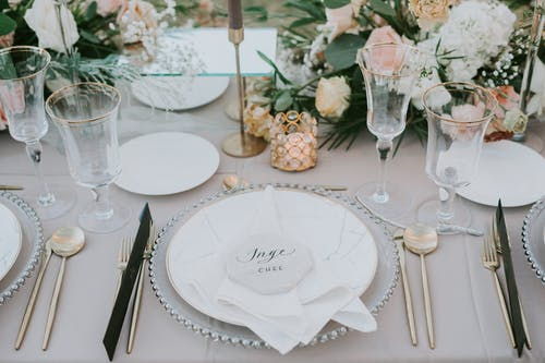 Kostnadsfri bild av bestick, blommor, bord, bords servett