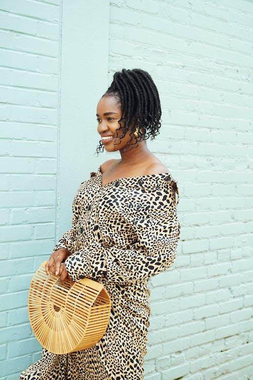 Kostenloses Stock Foto zu afrikanische frau, afroamerikaner-frau, backsteinmauer, dame