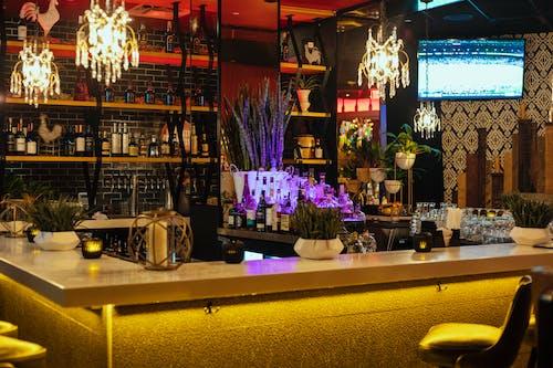 Fotobanka sbezplatnými fotkami na tému alkoholové fľaše, bar, fľaše, interiérový dizajn