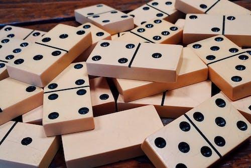 Бесплатное стоковое фото с азартные игры, активный отдых, домино, досуг