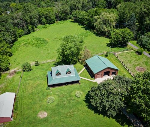 Foto Aerea Della Casa Circondata Da Una Terra Lussureggiante