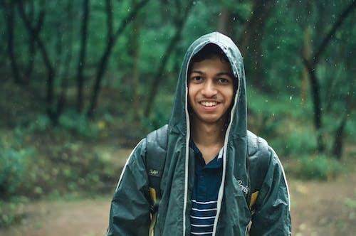 Foto profissional grátis de capa de chuva, casaco, chuvoso, cobertura florestal