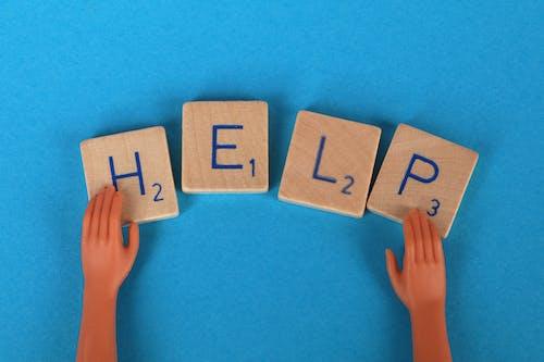 Gratis arkivbilde med blå bakgrunn, hender, hjelp