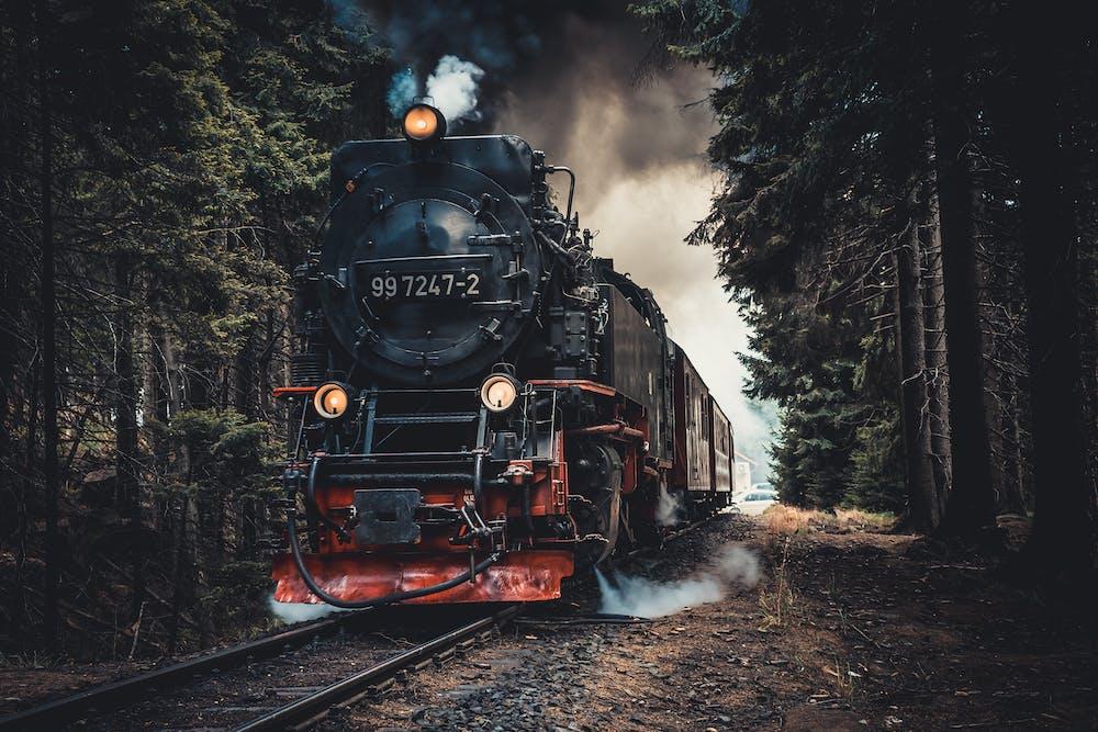 Train in a railway | Photo: Pexels