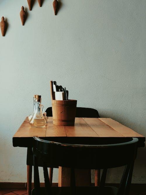 ahşap masa, ev, iç dekorasyon, iskemle içeren Ücretsiz stok fotoğraf