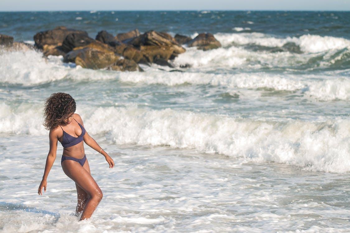 afroamerikansk kvinde, afslapning, bikini