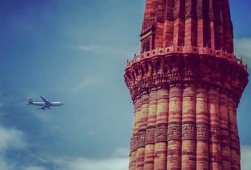 Immagine gratuita di aeroplano, attrazione turistica, blu e rosso, cielo azzurro