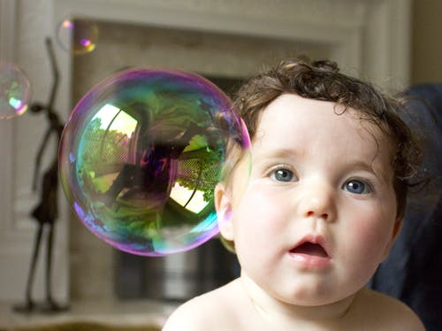 Foto d'estoc gratuïta de adorable, bebè, bombolla, bombolla de sabó