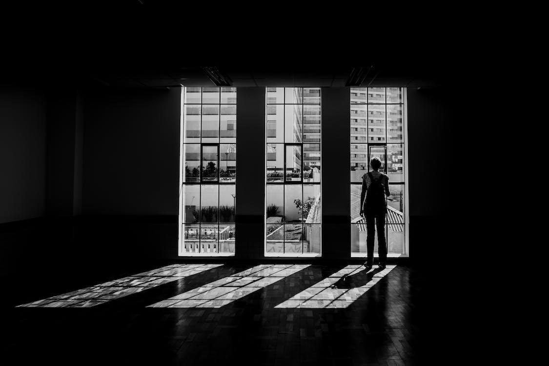 adentro, blanco y negro, edificio