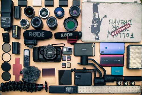 Fotobanka sbezplatnými fotkami na tému bmpcc, fotoaparát, notebooky, plocho ležať