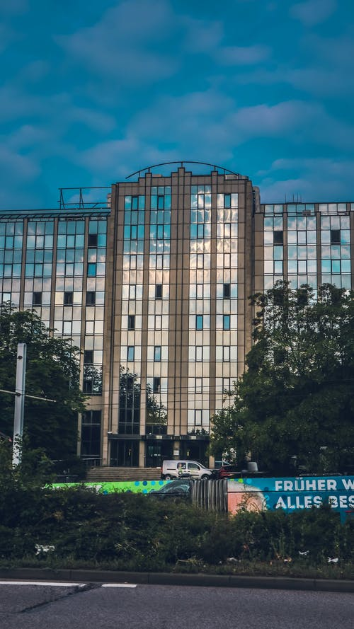 Kostnadsfri bild av arkitekt, bil, blå himmel, byggnader